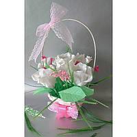 Букет роз в корзинке из гофрированной бумаги с конфетами.