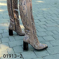 Женские сапоги из натуральной кожи цвета питон и коричневой замши на устоичивом каблуке средней высоты