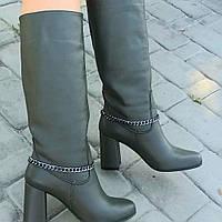 Женские сапоги из натуральной кожи цвета оливки на  устоичивом каблуке средней высоты