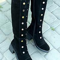 Женские сапоги из натуральной замши чёрного цвета на устоичивом каблуке средней высоты
