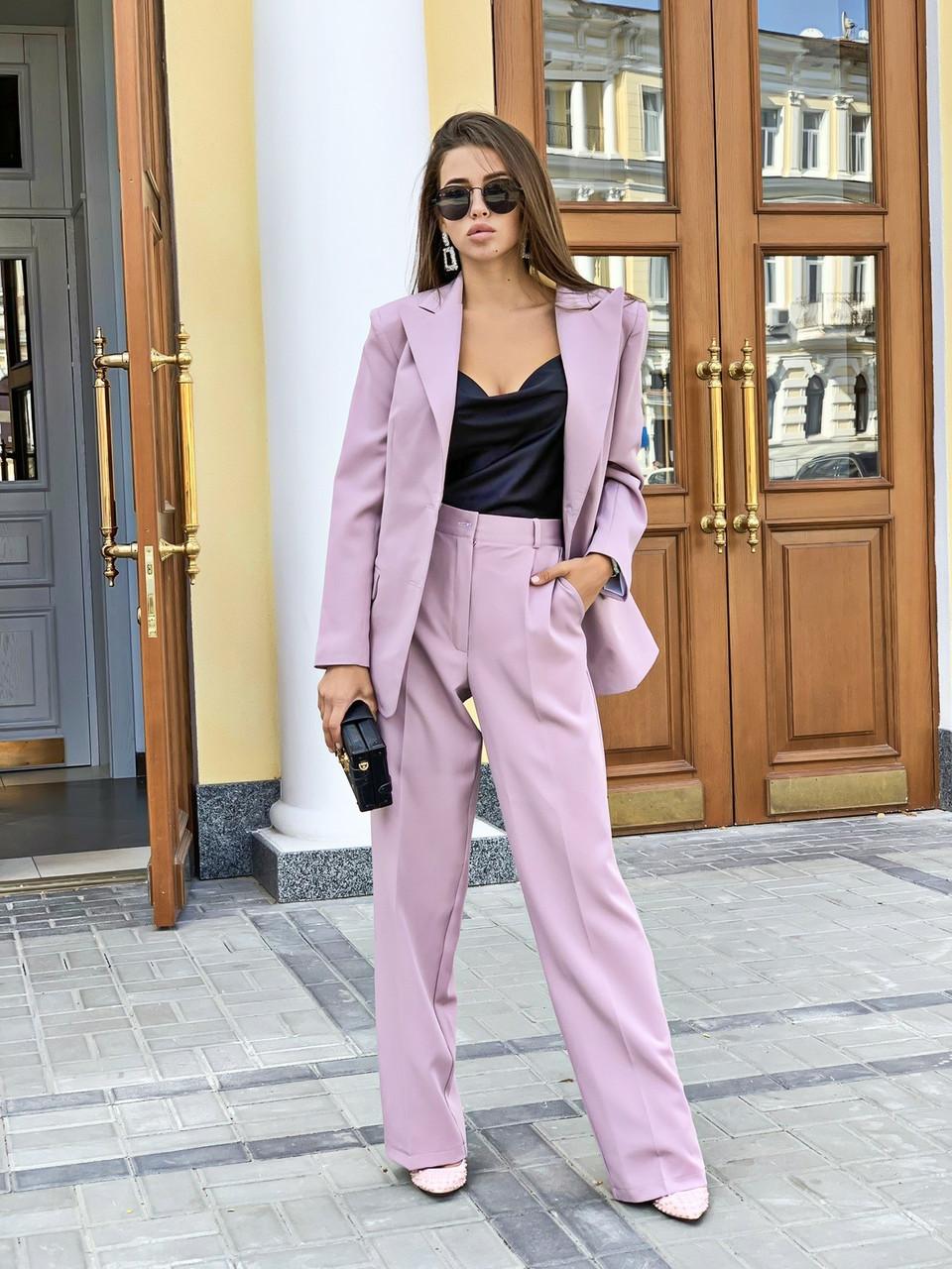 Женский брючный костюм с брюками клеш и пиджаком 3410223