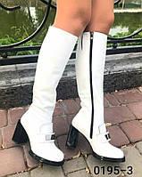 Женские сапоги из натуральной белого цвета на средней высоты каблуке