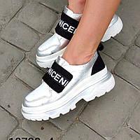 Женские кроссовки из натуральной кожи цвета серебра и замши чёрного цвета на средней высоты платформе