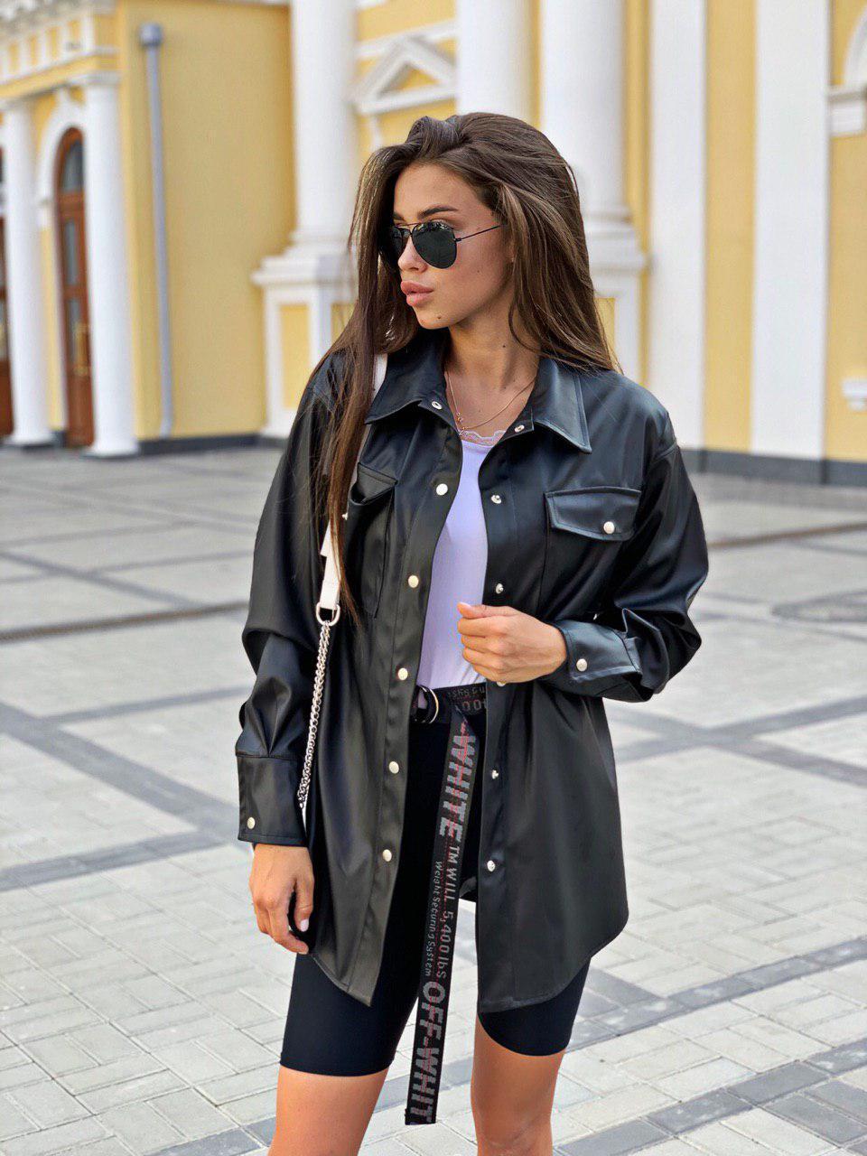 Женская рубашка из экокожи с карманами и на кнопках 16ru311