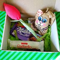 Подарочный набор сувенирный  с Ароматно-кофейная зайчиком,текстильным тюльпаном и сладостями.