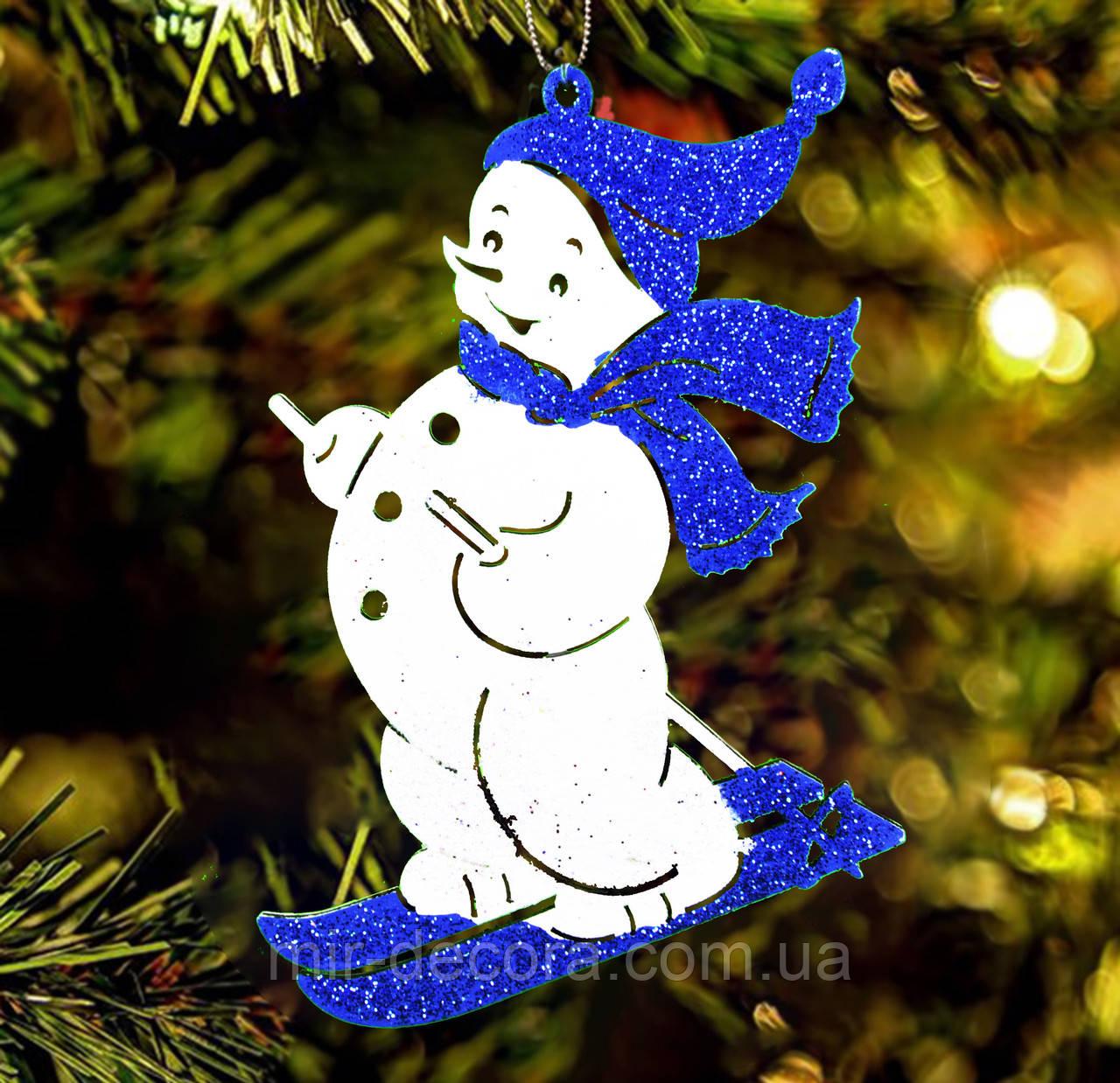 """Деревянная игрушка на елку """"Снеговик на лыжах"""" высота 12 см"""