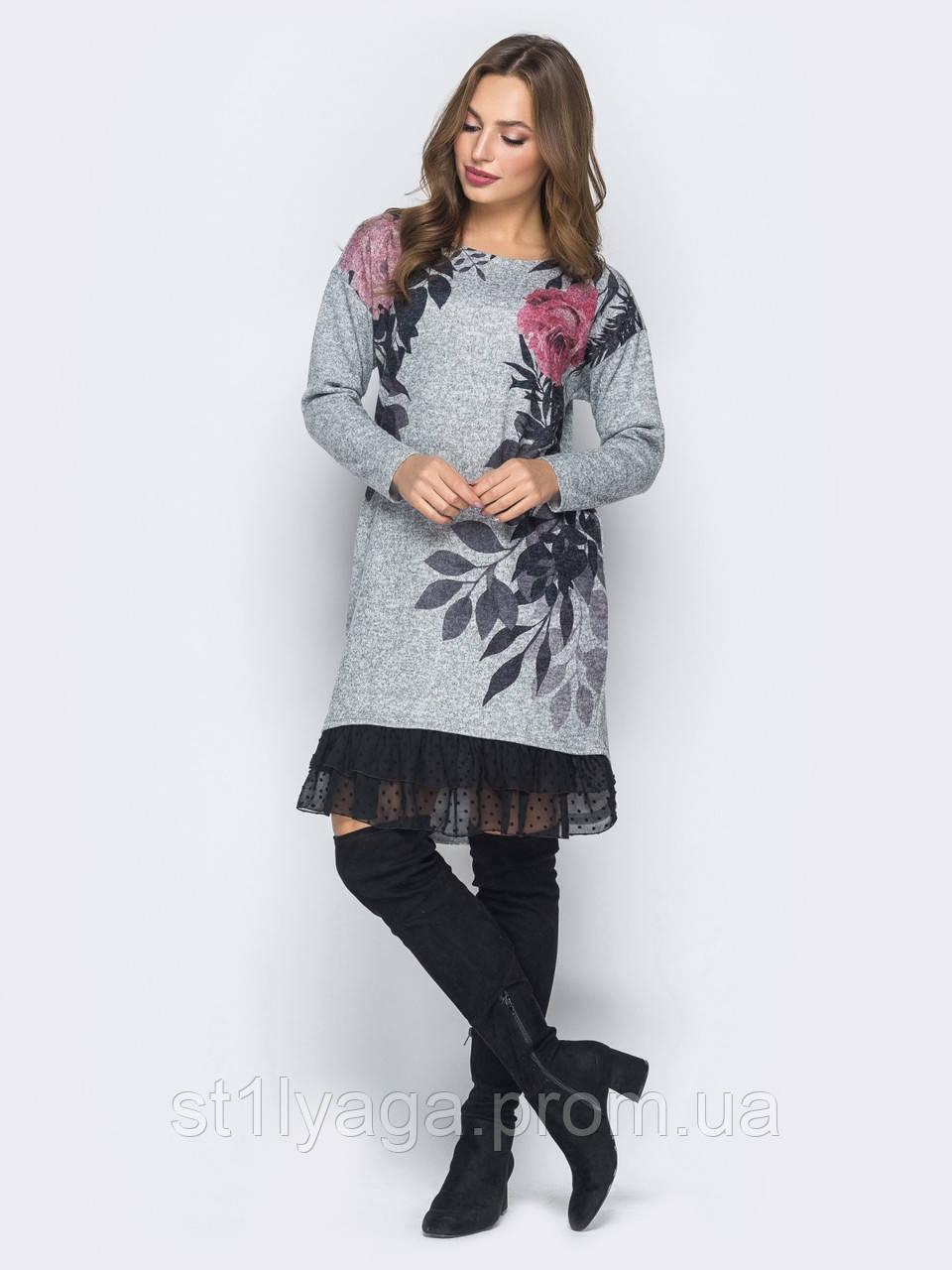 Трикотажне плаття в флористичний принт і оборкою з шифону