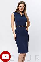 Облегающее деловое платье до колен с тонким поясом и высоким разрезом сбоку темно-синее