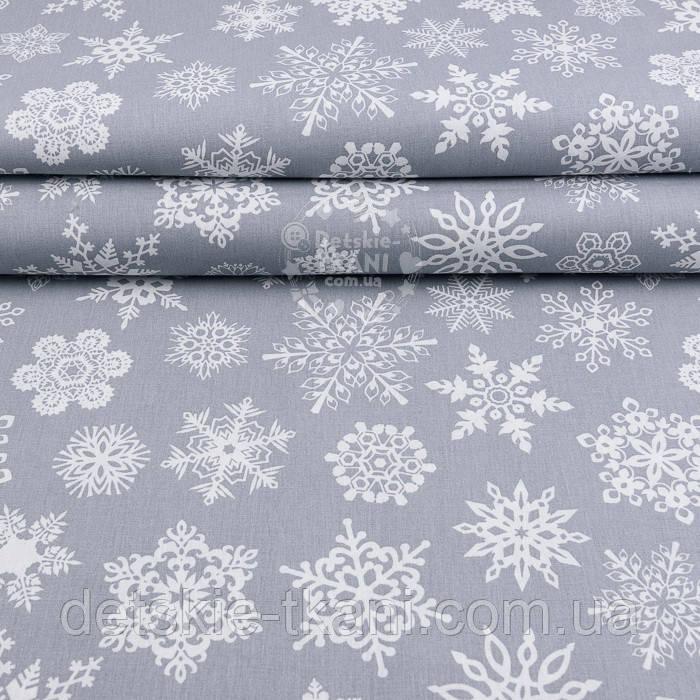 """Поплин с новогодним рисунком шириной 240 см """"Фигурные снежинки"""" белые на сером (№2465)"""