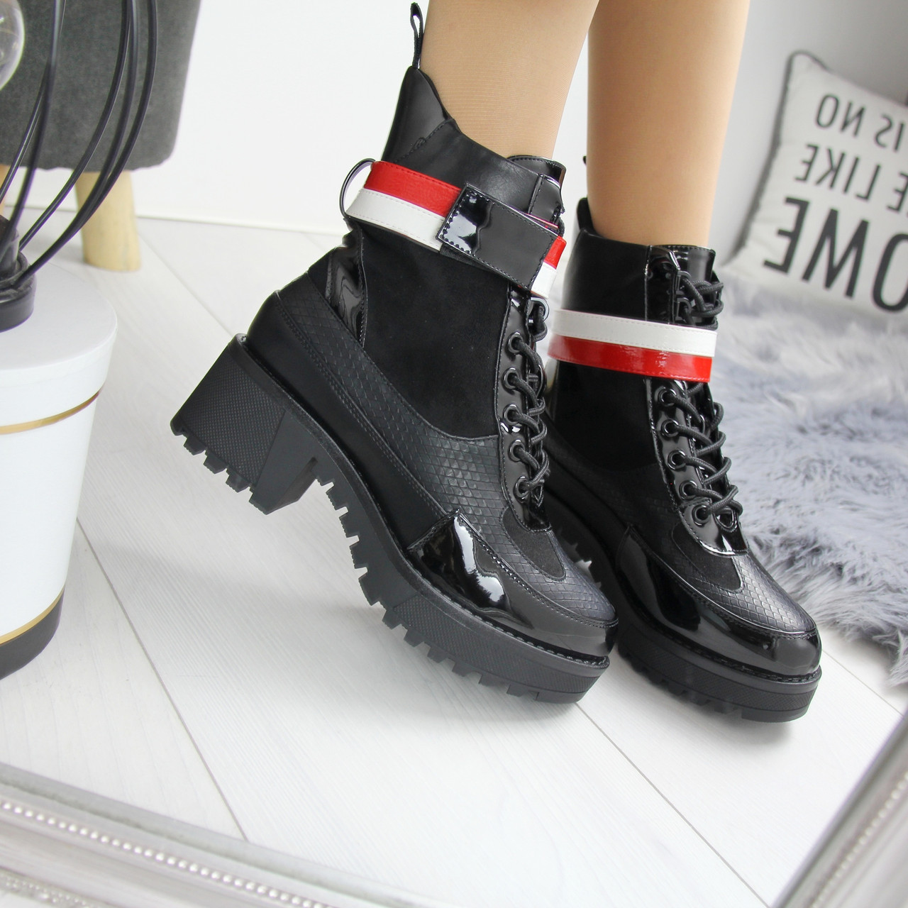 Женские демисезонные ботинки с лаковыми вставками 74OB58