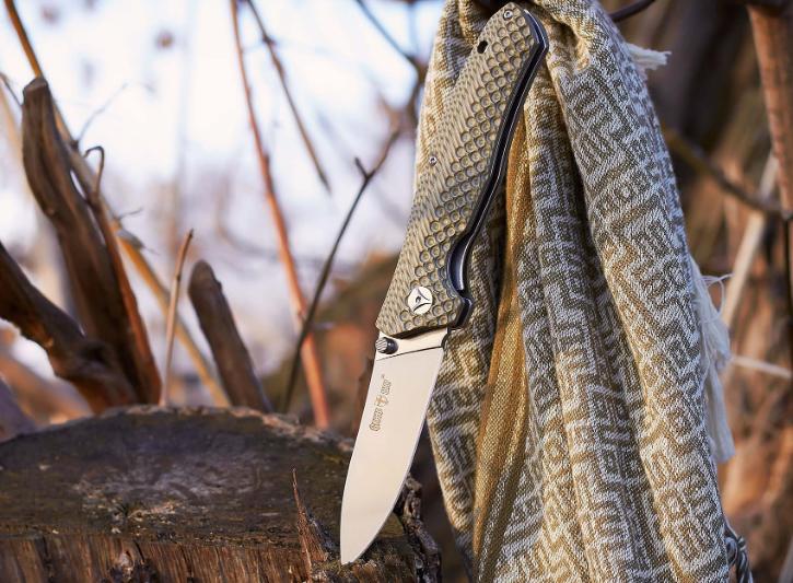 Нож складной, с накладками рукояти из материала G 10, не скользит в руке, яркий, стильный и удобный