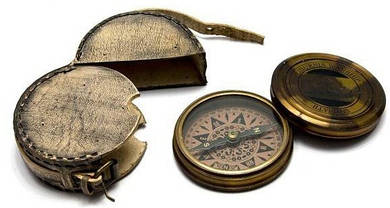 Бронзовый компас в кожаном чехле 8х2 см