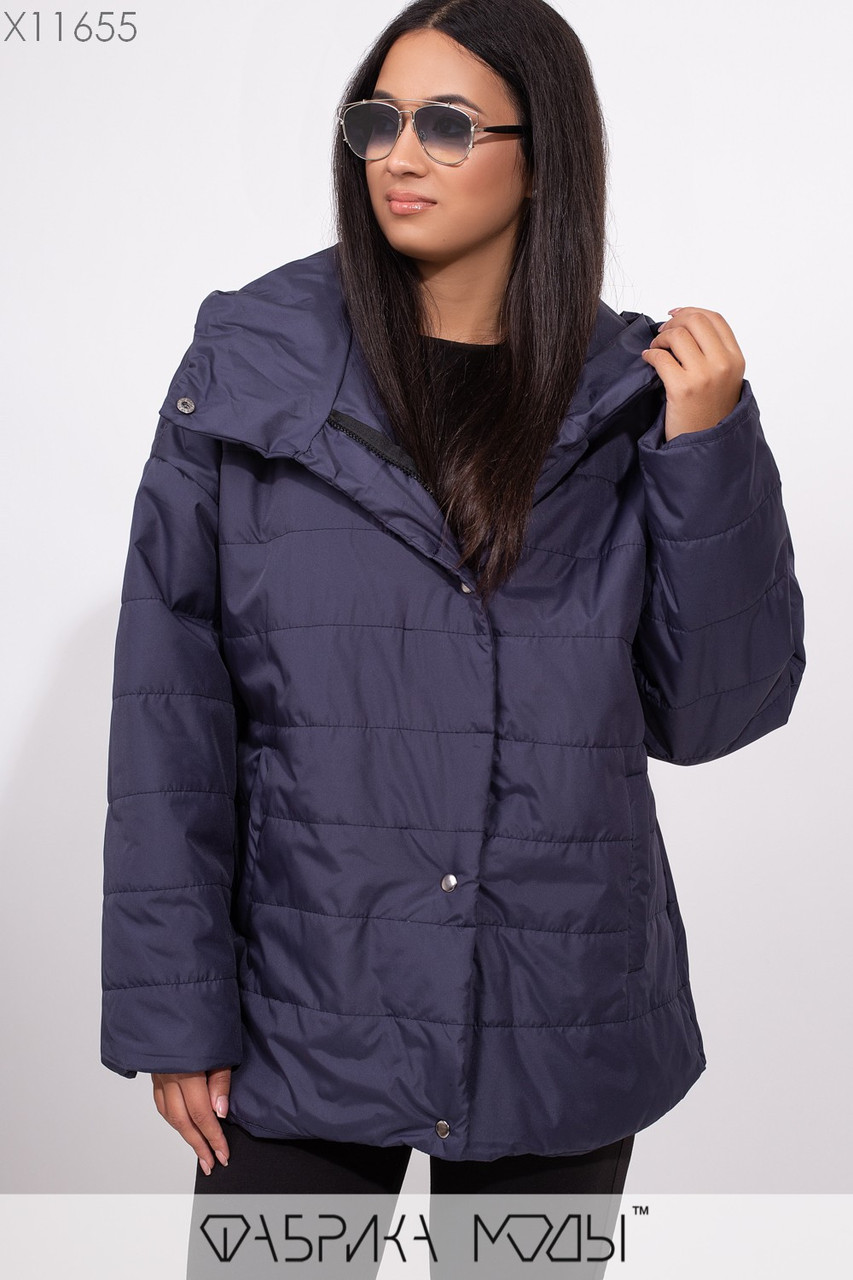 Куртка прямого кроя с капюшоном на молнии и кнопках низко втачными рукавами и прорезными карманами X11655
