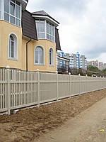 Пластиковый штакетный забор бежевого цвета