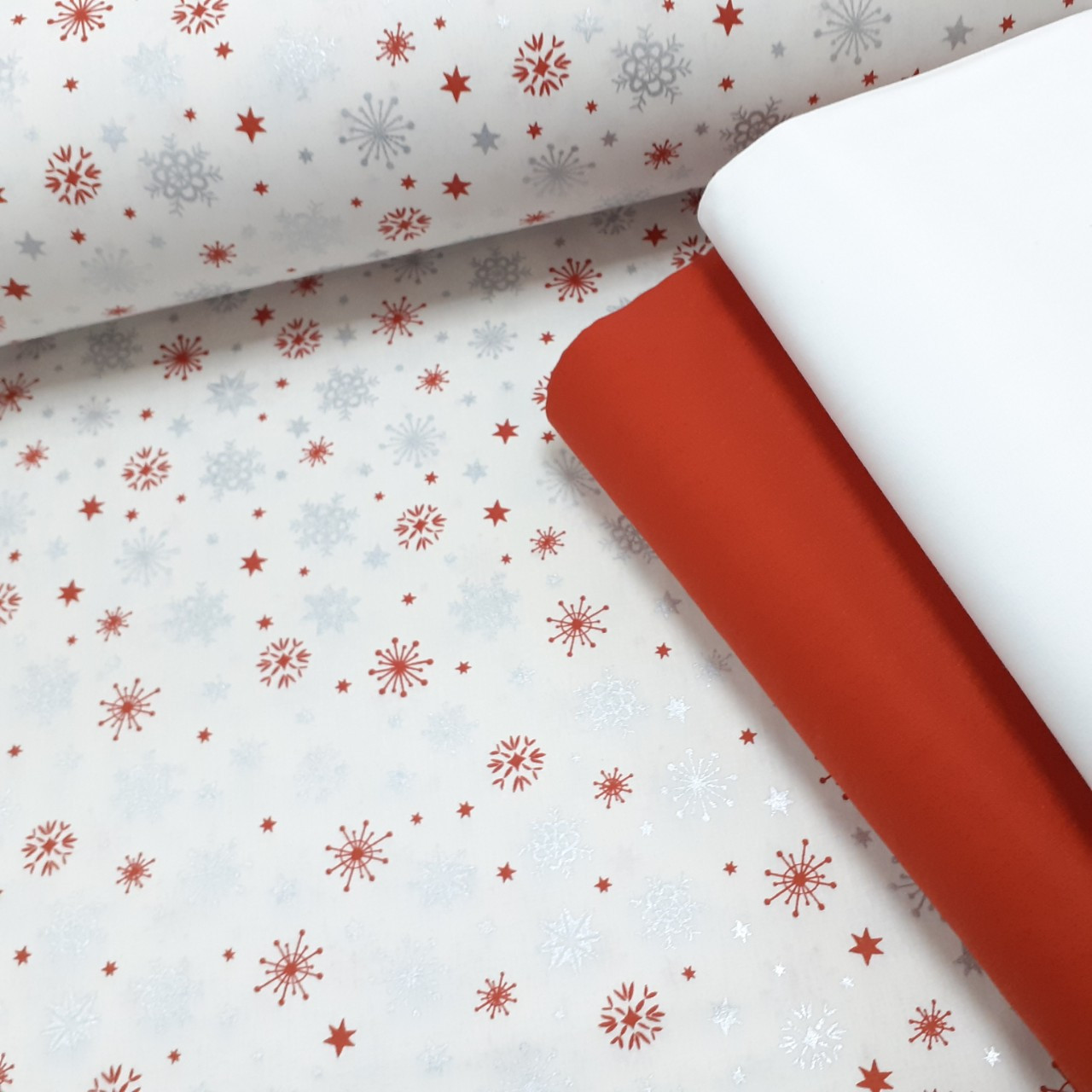 Хлопковая ткань (ТУРЦИЯ шир. 2,4 м) красно-серебряные снежинки на белом (глиттер)