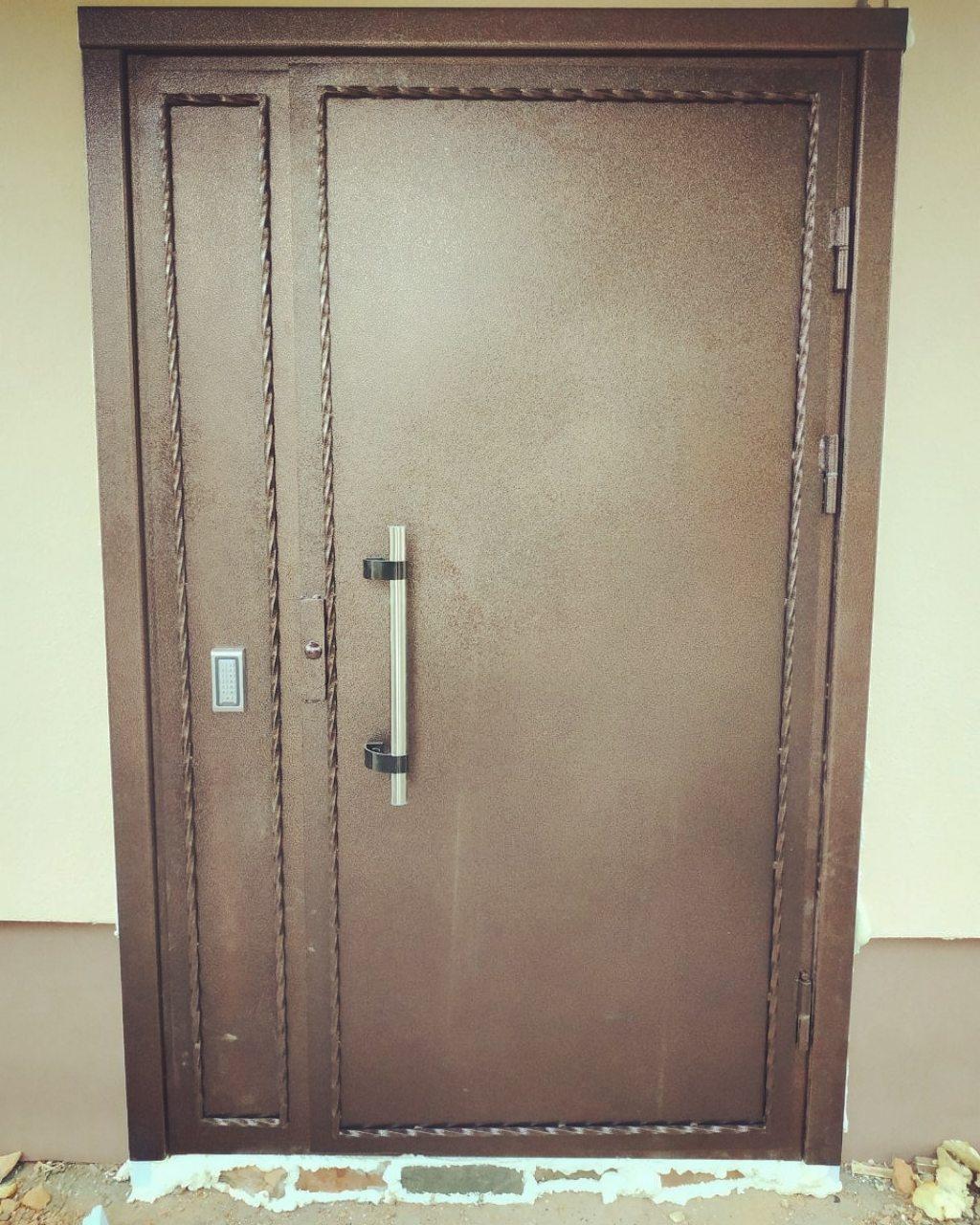 Двери в подъезд с электромагнитным замком