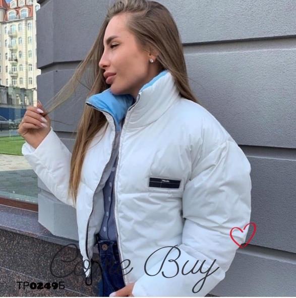 Женская короткая объемная куртка на молнии с воротником стойкой vN3474
