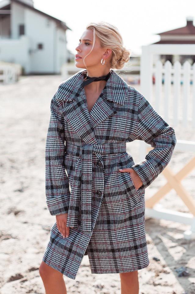 Женское пальто оверсайз в клетку с широкими рукавами и длиной миди vN3614
