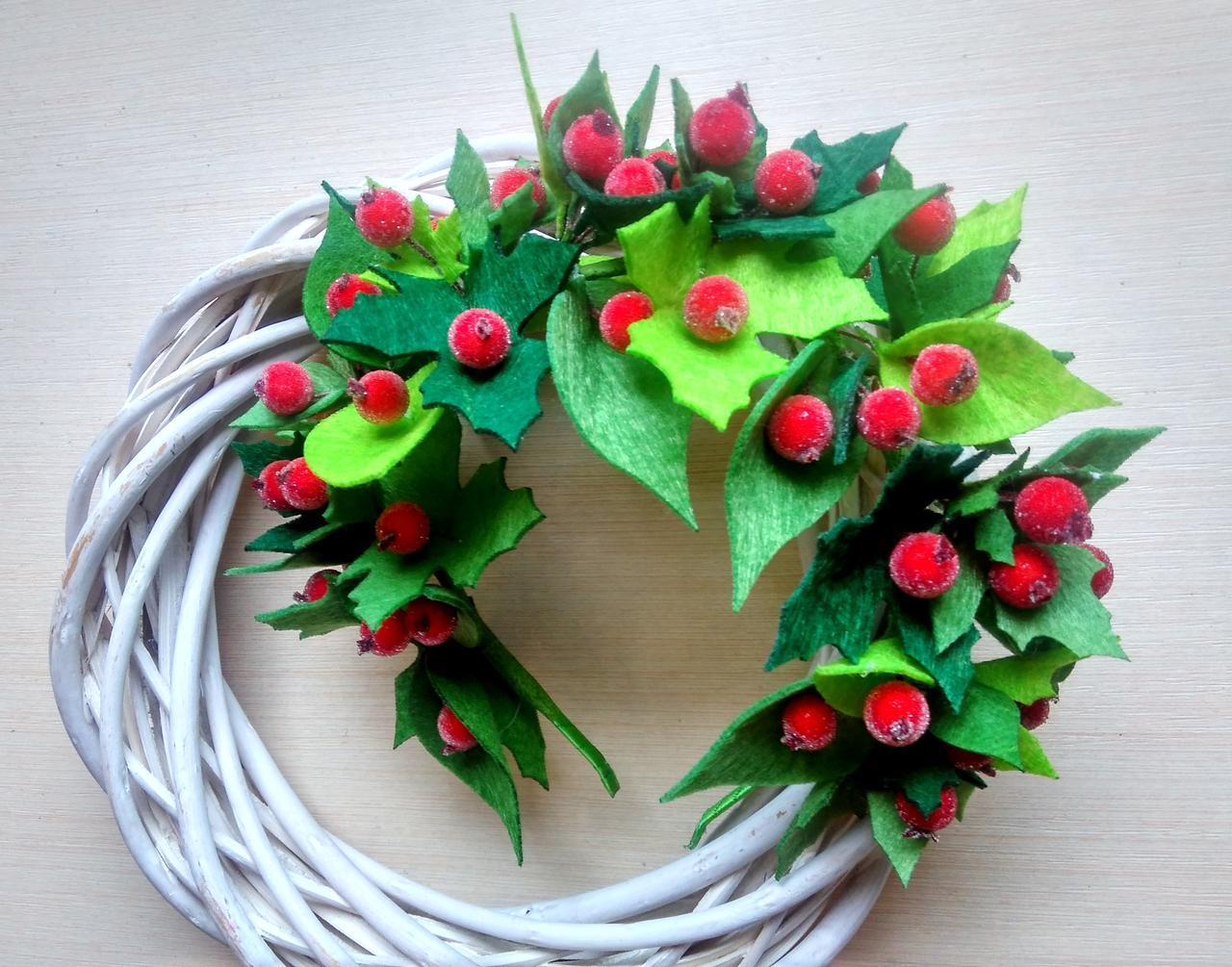 Обруч с зелеными листьями из фетра и красными ягодами калины 275 грн