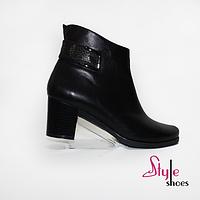 Женские демисезонные ботинки черного цвета на каблуке