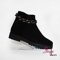 Ботинки демисезонные замшевые женские с декоративной цепочкой черного цвета