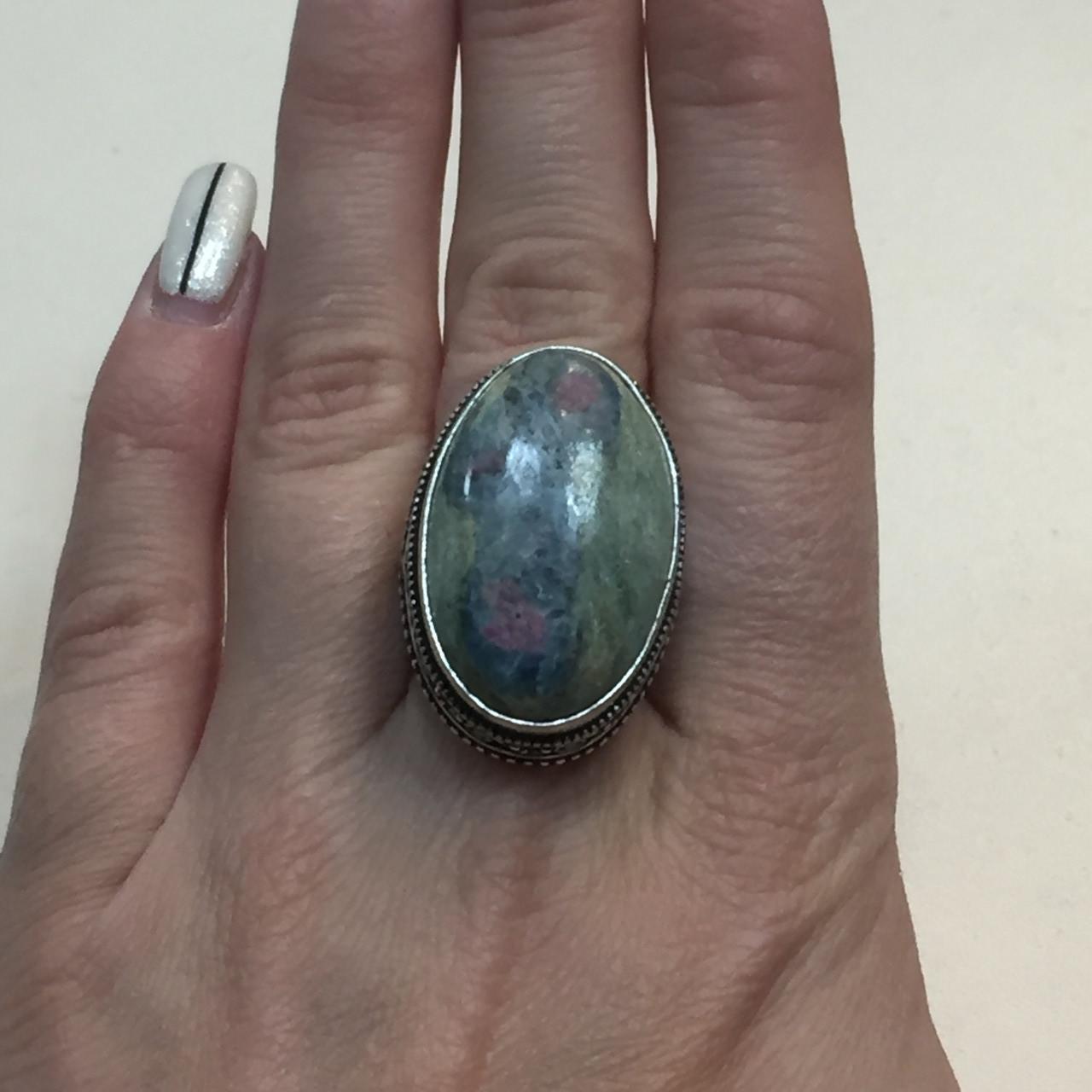 Рубин в фуксите с кианитом овальное кольцо с рубином и кианитом в фуксите 19,5 размер в серебре Индия