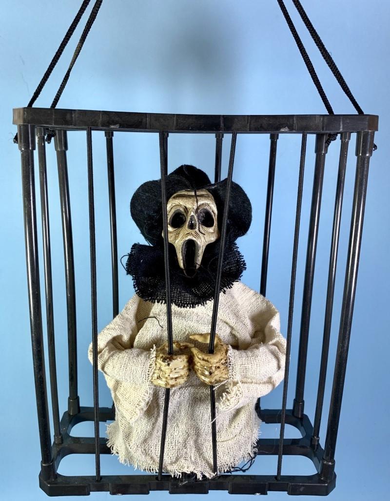 Декорации для Хеллоуина нежить в клетке в белом свитере