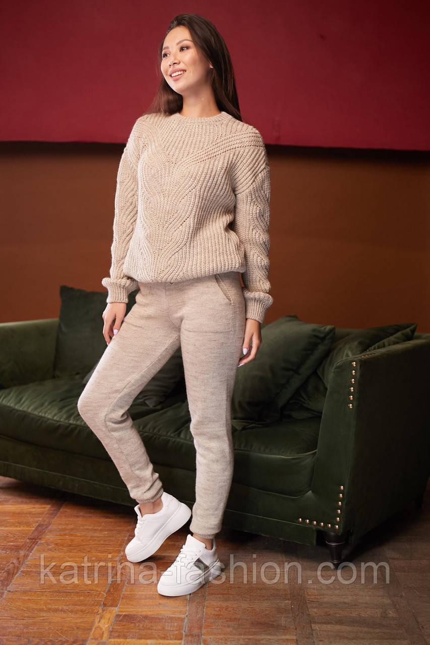 Женский вязаный бежевый костюм на шерстяной основе с объемным свитером