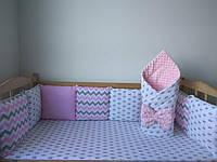 Бортики (защита) со съёмными наволочками на 3 стороны кроватки, конверт на выписку, простынка на резинке.