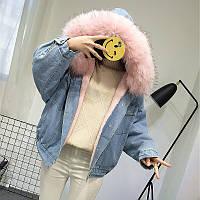Женская джинсовая короткая утепленная куртка с розовым мехом