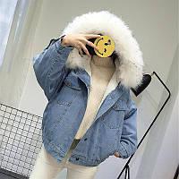 Женская джинсовая короткая утепленная куртка с белым мехом