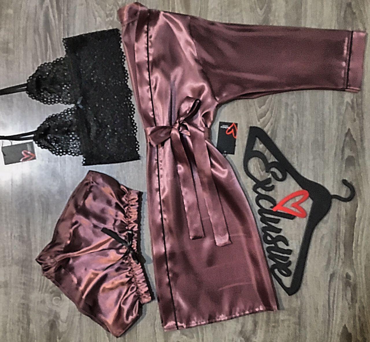 Красивый атласный халат в комплекте с кружевным бюстгальтером и шортами