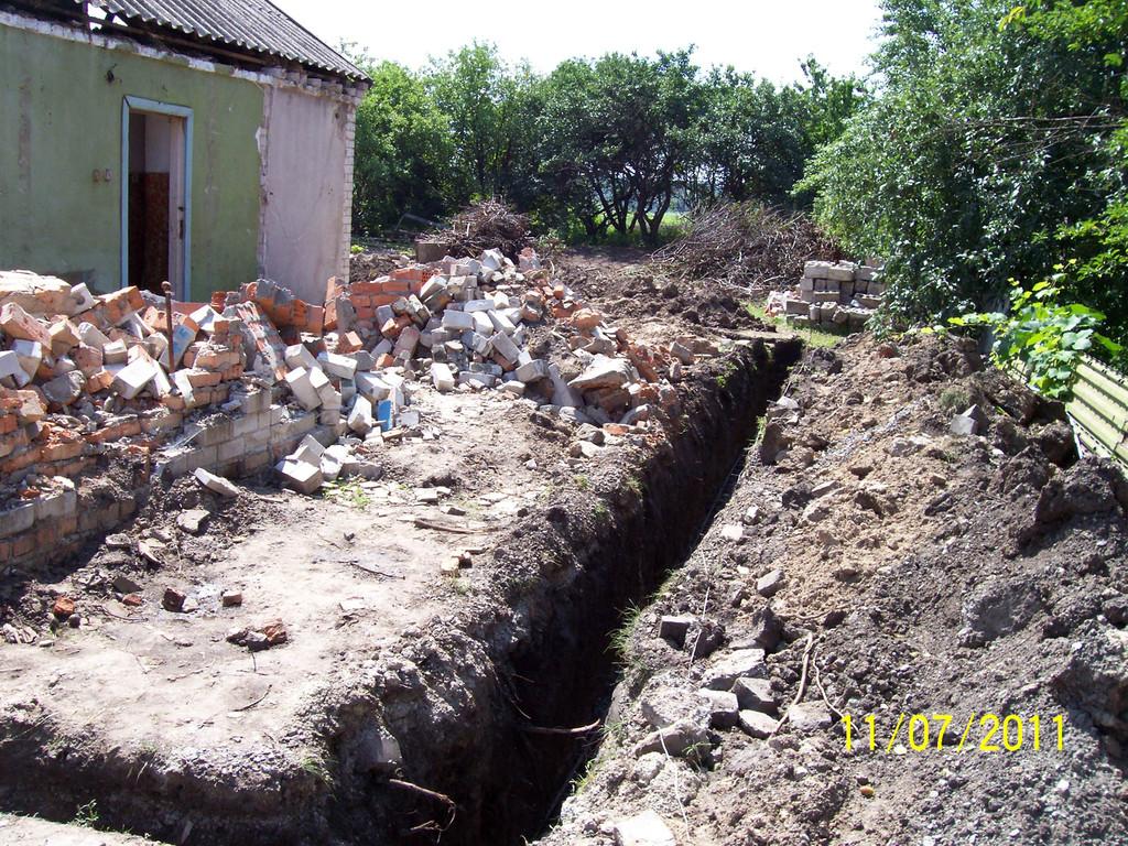 Траншея под фундамент пристройки в Новоалександровке. Стоит отметить немалое количество строительного мусора в грунте, что было обговорено ещё до начала работ.