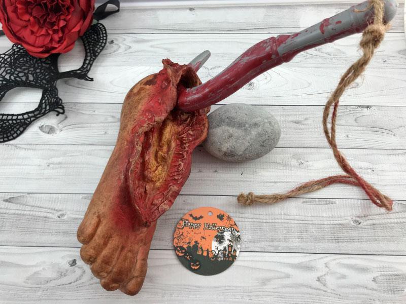 Муляж нога с крюком декор на Хеллоуин нога оторванная на крючке 20*8 см