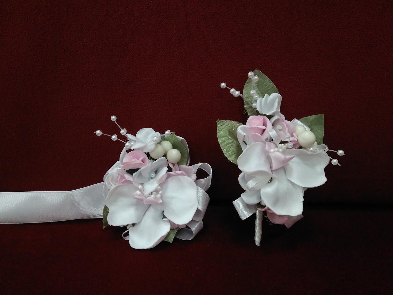 Свадебные бутоньерки для свидетелей (бутоньерка и цветочный браслет) из орхидей белые с розовым