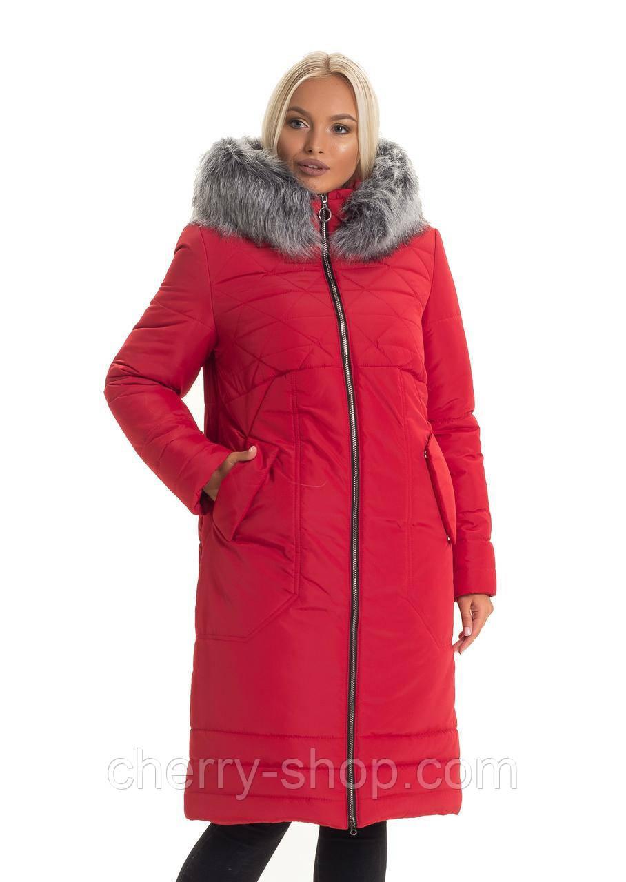 Модный красный пуховик с меховой отделкой