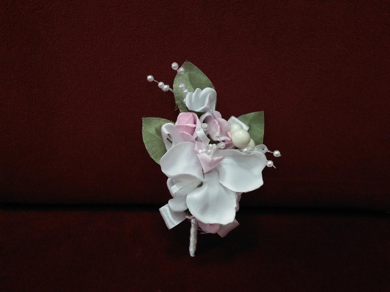 Свадебная бутоньерка из орхидеи белая с розовым