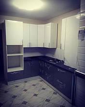 Угловая кухня_светлый верх - темный низ фасадов.jpg