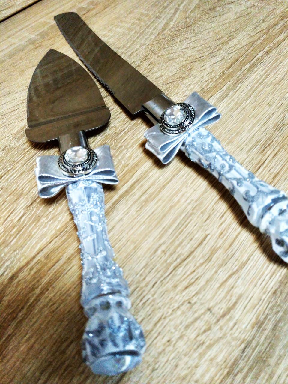 Нож и лопатка для свадебного торта Brooch (бело-серебряные)
