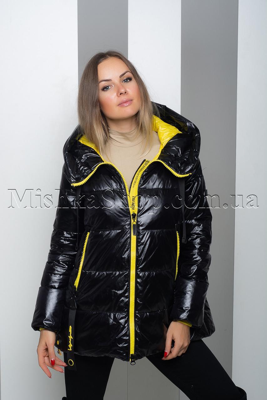 Стильная куртка из глянцевой ткани чёрного цвета с жёлтой подкладкой Tongcoi 2006