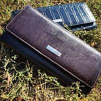 Лаковий шкіряний коричневий гаманець з тисненням під шкіру змії KARYA