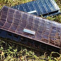 Лаковий шкіряний коричневий гаманець з тисненням під шкіру крокодила KARYA