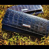 Чорний лаковий шкіряний  гаманець з тисненням під шкіру крокодила KARYA