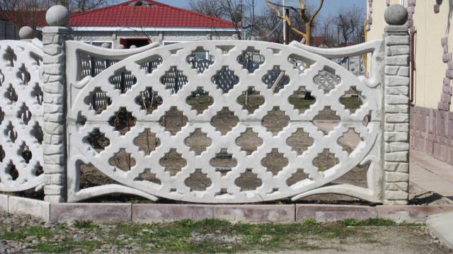 Интересное решение ограждения сада с помощью декоративных верхушек бетонного забора. Монтаж выполнен в с.Бузовая, Киево-Святошинского р-на.
