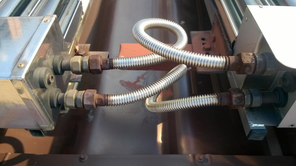 ДО. Соединение коллекторов между собой гофрированными нержавеющими подводками без изоляции.