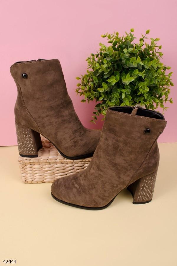 Женские осенние ботильоны коричневые на каблуке 9 см со стразами эко-замша