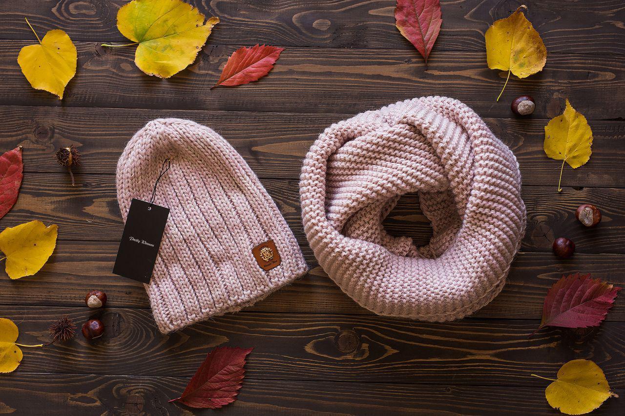 Женский вязаный комплект: шапка и шарф хомут,пудрового цвета