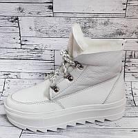 Женские зимние ботинки на танкетке белые