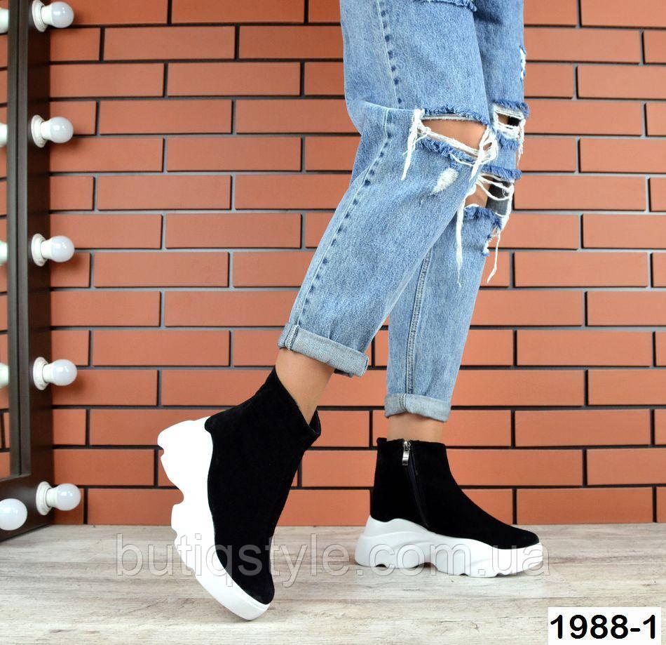 Женские черные ботинки натуральный замш на белой платформе Деми