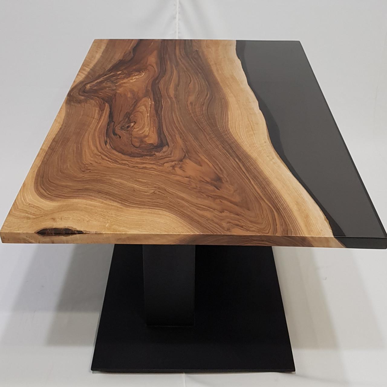 Журнальный стол из массива ореха  и эпоксдной смолы серого цвета. Размер 900×590×25 мм. Высота 48 см